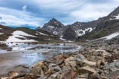 岩石、水和冲积沙子在一个小山谷 免版税库存图片