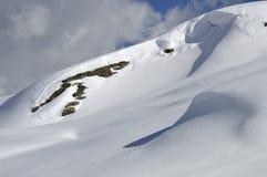 岩石倾斜平稳的雪 免版税图库摄影