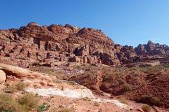 岩石全景在Petra古老阿拉伯人Nabatean王国城市,约旦,中东切开了坟茔 免版税库存照片