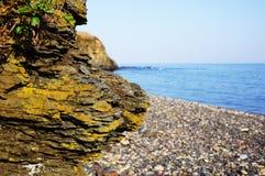 岩石关闭的一个大部分反对海 图库摄影