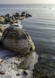 岩石冬天岸 免版税库存照片