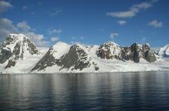 岩石冰川的山 免版税库存照片