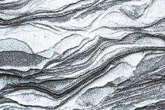 岩石分层堆积-岩石的五颜六色的形成被堆积在上百年 与引人入胜的纹理的有趣的背景 免版税库存图片
