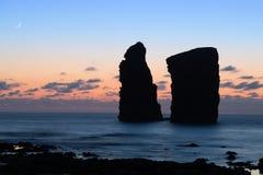 岩石剪影在莫什泰鲁什县海滩,亚速尔,葡萄牙的 免版税图库摄影