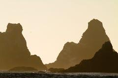 岩石剪影,俄勒冈海岸日落 免版税库存照片