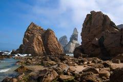 岩石向ursa扔石头 免版税库存照片