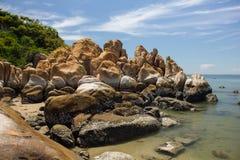 岩石和云彩在Ke Ga靠岸, Binh Thuan,越南 免版税库存图片
