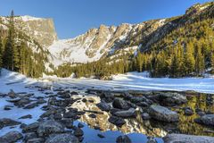 岩石和反射在梦想湖 免版税库存照片