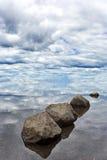 岩石和天空平衡的和谐  图库摄影