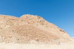 岩石和天空蔚蓝在masada附近的以色列 免版税库存照片