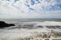岩石和天际海视图与许多颜色 免版税库存照片