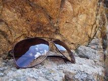 岩石和太阳镜 免版税库存照片