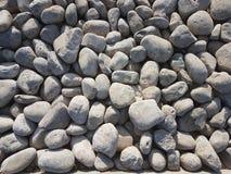 岩石和小卵石修造的边路的,路在城市 库存图片