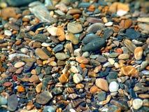 岩石和小卵石摘要在岩石水池 库存照片