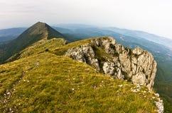 岩石和峭壁在迁徙道路的黑暗的云彩下在苏瓦Planina山 免版税库存图片
