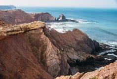岩石和峭壁沿海拉各斯,阿尔加威,葡萄牙 免版税库存照片