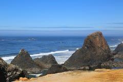 岩石和平的海岸线 免版税库存照片