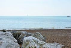 岩石和木瓦靠岸, Lancing,英国 库存图片