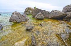 岩石和水在一个暗藏的小海湾 图库摄影