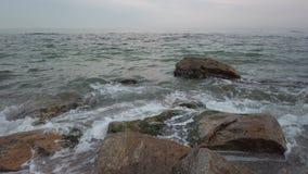 岩石和水在世外桃源海滩在傲德萨-平底锅 股票录像