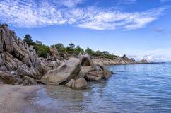 岩石和沙子在一个美丽的海滩在哈尔基季基州,希腊 库存照片