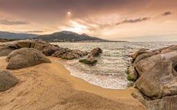岩石和沙子在Algajola在可西嘉岛靠岸 库存图片