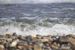 岩石和河船 免版税库存照片