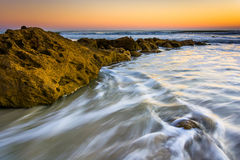 岩石和波浪在日出的大西洋在棕榈沿岸航行, 免版税库存图片