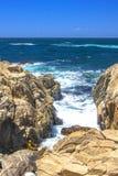 岩石和波浪, 17英里推进 免版税图库摄影