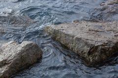 岩石和波纹 库存图片