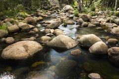 岩石和流动的水 免版税图库摄影