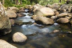岩石和流动的水 库存照片
