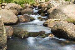 岩石和流动的水 免版税库存图片