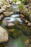 岩石和流动的水 图库摄影