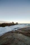 岩石和海塔斯马尼亚岛的波浪 免版税库存照片