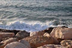 岩石和海水 图库摄影