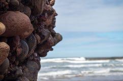 岩石和海洋在Legzira有模糊的背景 免版税库存照片