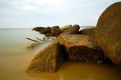 岩石和海洋水流动 免版税库存照片
