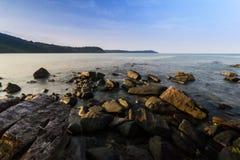 岩石和海海岛名字Kood泰国看法  免版税图库摄影