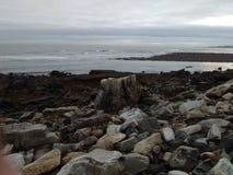 岩石和海看法在多云天 库存图片