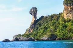 岩石和海运在Krabi 免版税库存照片
