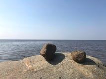 岩石和海,天空蔚蓝 免版税库存照片