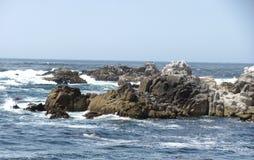 岩石和海洋是美丽的在蒙特雷海湾 库存照片