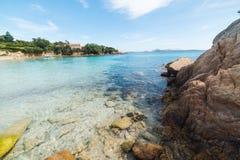 岩石和清楚的水在一个小小海湾在撒丁岛 免版税库存图片