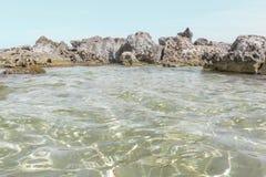 岩石和清楚的水 免版税库存图片