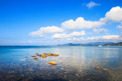 岩石和游艇在海海湾 蓬塔丙氨酸,托斯卡纳,意大利 库存照片