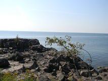 岩石和湖 免版税库存图片