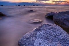 岩石和湖 免版税库存照片