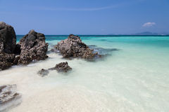 岩石和热带海滩 免版税库存照片