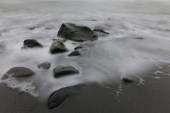 岩石和白色光滑的水 图库摄影